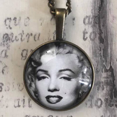 Üveglencsés nyaklánc - Marilyn Monroe